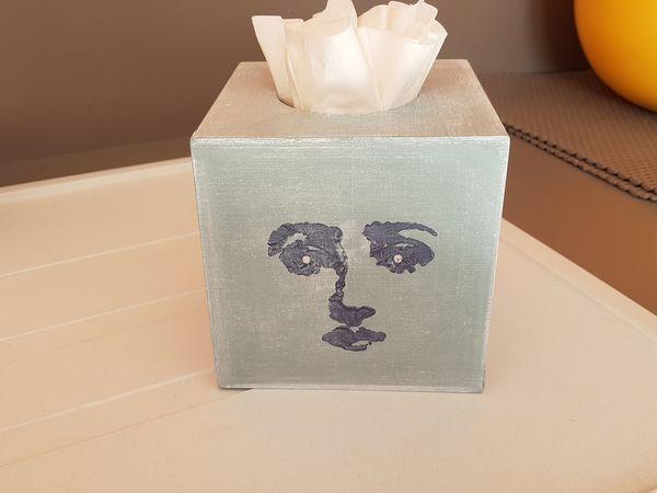 """Boite à mouchoirs """"visages de femmes"""" Bleu Neptune et Blanc Titane."""