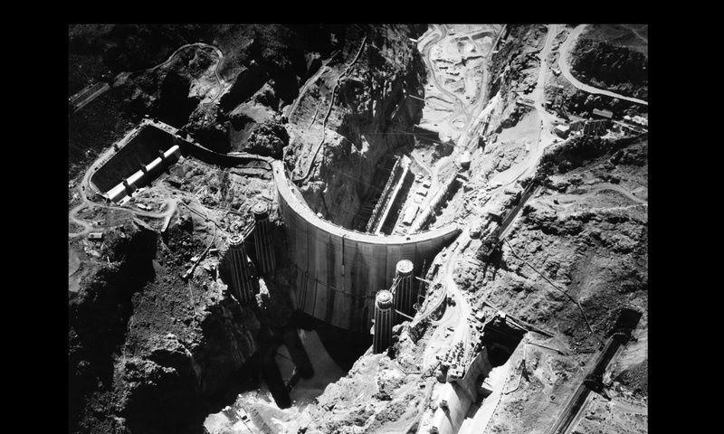 (Le barrage et ses tours en 1935, photo www.lasandalettedeplouha.lebonforum.com)