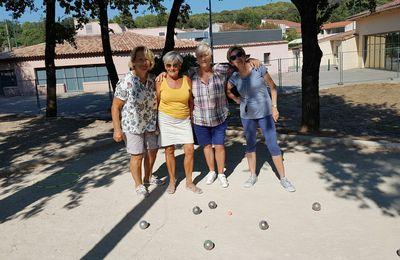 Parties de pétanque organisée par le Loisirs Club Roquefortois au Jardin des Décades