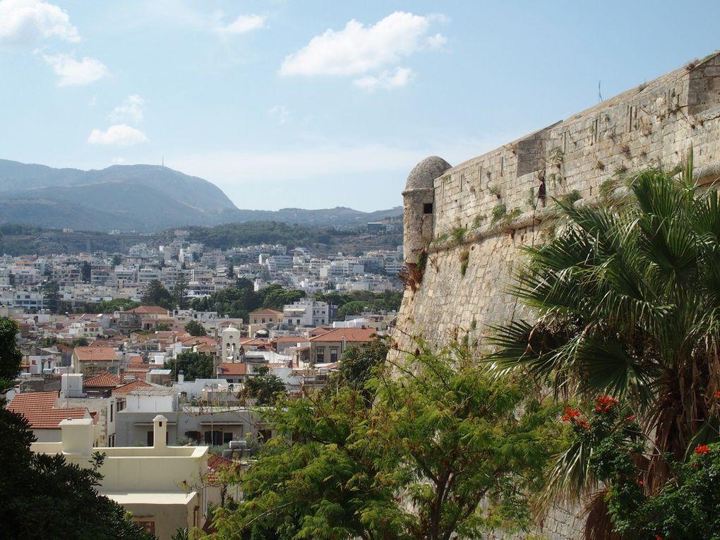 la forteresse qui domine la ville ...