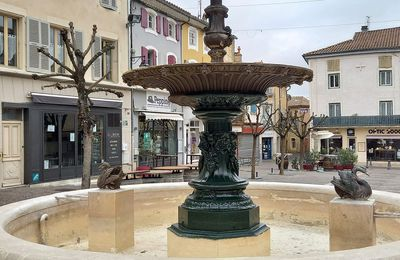 La Fontaine De La Place Du Marché à Saint-Paul-Trois-Châteaux (Drôme 26130)