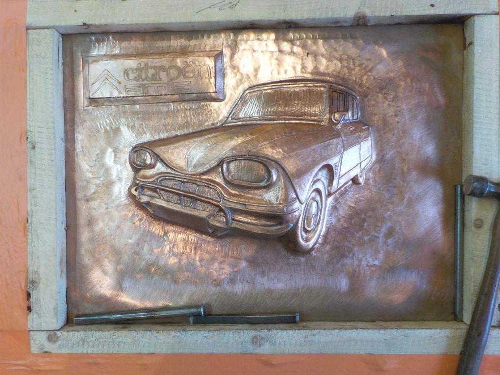 """Réalisation d'un tableau en cuivre repoussé représentant une voiture """"Ami 6"""" pour un passionné de vieilles voitures."""
