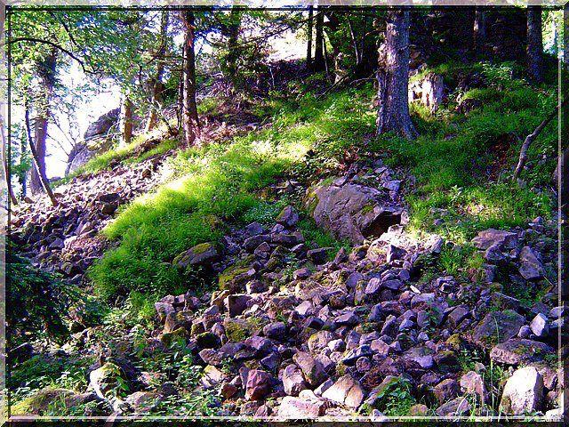 Comme un volcan, la ruine a produit des coulées de pierres taillées