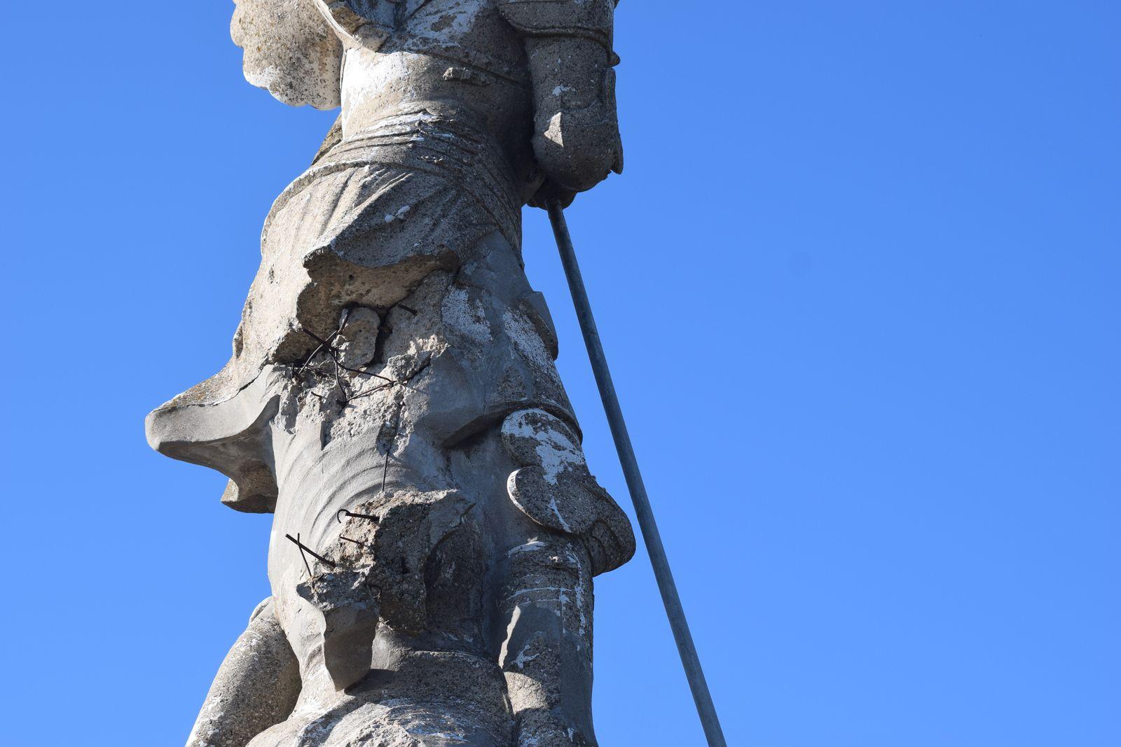 La statue Saint-Michel d'une hauteur de 9m50 en béton armé est très dégradé, les fers à bétons sont à l'air libre,la corrosion aura raison de la statue. Les infiltrations d'eau, le gel, la rouille, si rien n'est fait je ne lui donne plus longtempsà rester debout en espérant qu'il n'y ai personne ici le jour de la chute..