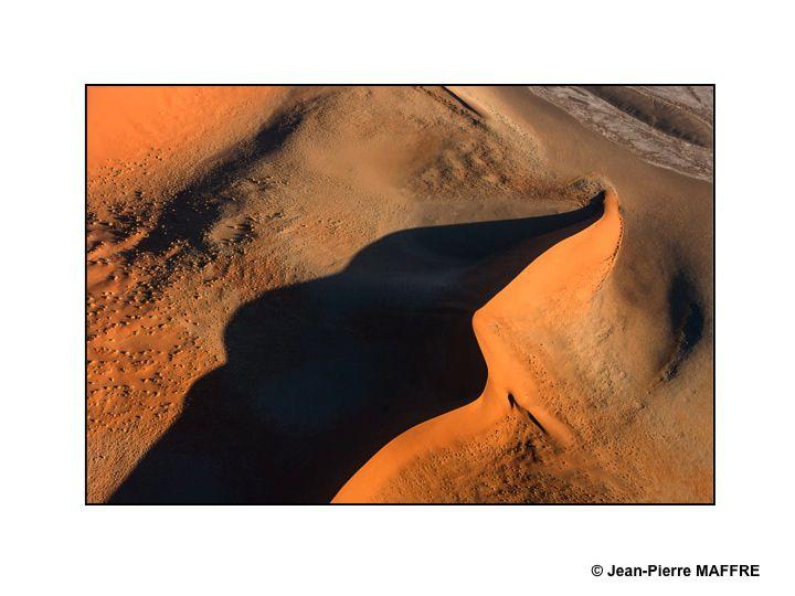 On imagine souvent les dunes de sable avec de belles formes arrondies. Vues d'avion, on découvre alors d'étonnantes lignes graphiques.
