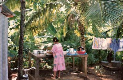 Femme Kanak à Lifou en flagrant délit de vaisselle