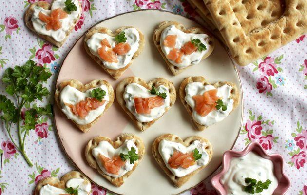 Toasts au saumon fumé, crème aux herbes et citron