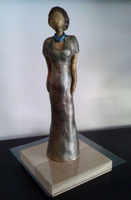 Terre cuite (grès) - Patine or - zinc - bronze - reflets bleutés - Taille : H 50 X P 12 X L10 cm