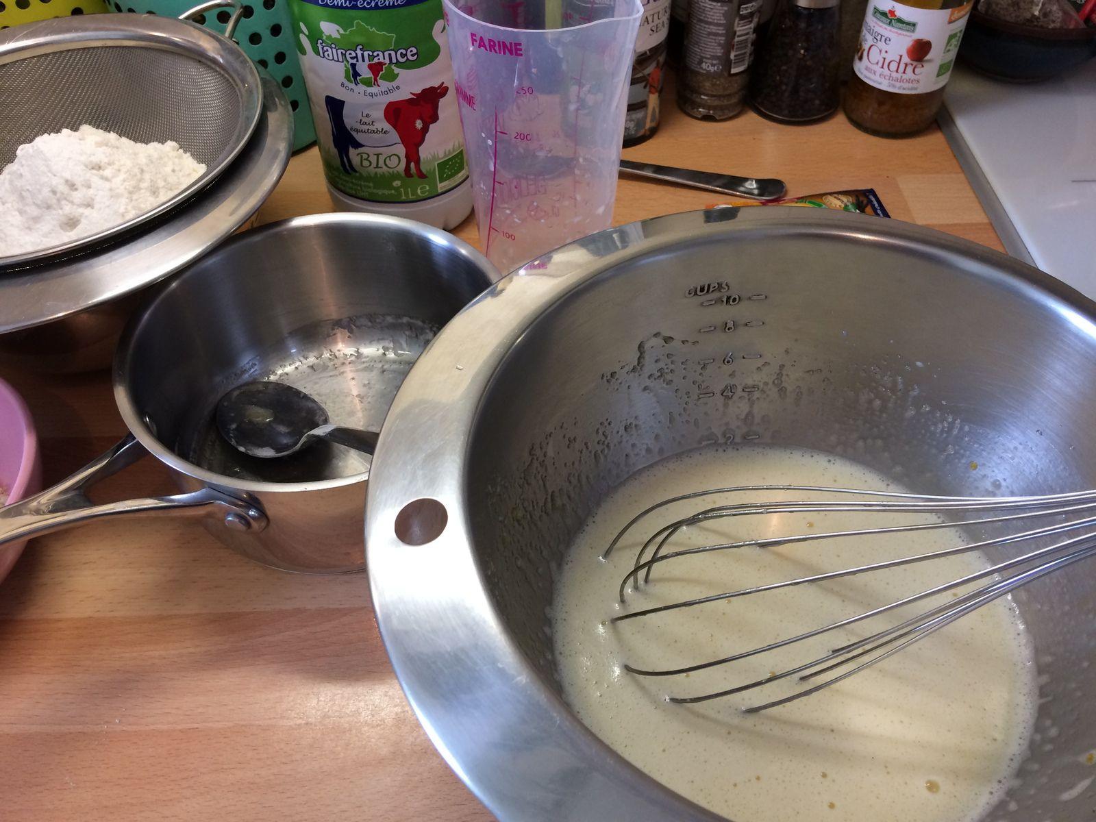 On ajoute ensuite le beurre fondu et le lait, et on mélange avec le fouet. La pâte à muffins, sans être une pâte à crêpes, doit selon moi rester suffisamment fluide pour être travaillée au fouet jusqu'à la fin. C'est ce qui va donner des muffins moelleux à la mie très aérée.