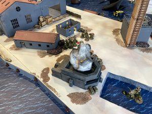 Les anglais étudient le terrain ! Les commandos débarquent et prennent position derriere les murets, tout en se faisant arroser par les troupes allemandes qui se trouvent dans la kommandantur. Le sniper manque sont tir. L'assaut est donné sur la winding hut et la première patrouille est éliminée.