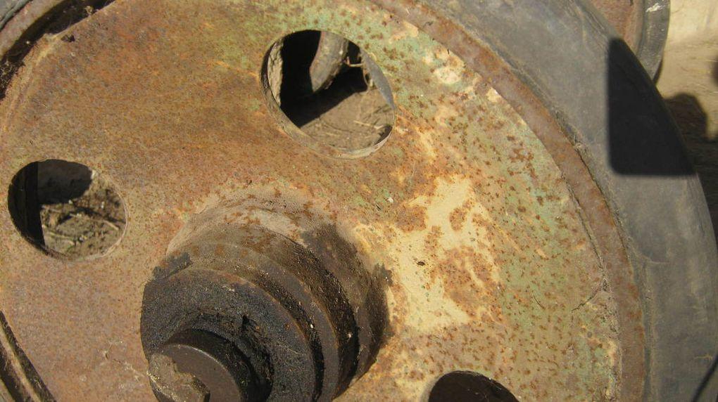 galets et essieu, les galets sont sans doute venus en remplacement d'un autre systême de roues.