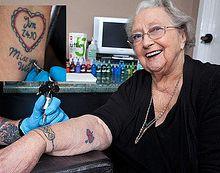 Con 92 años se hizo 3 tatuajes.