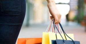 Saldi: lo shopping compulsivo è una patologia. Come guarire?