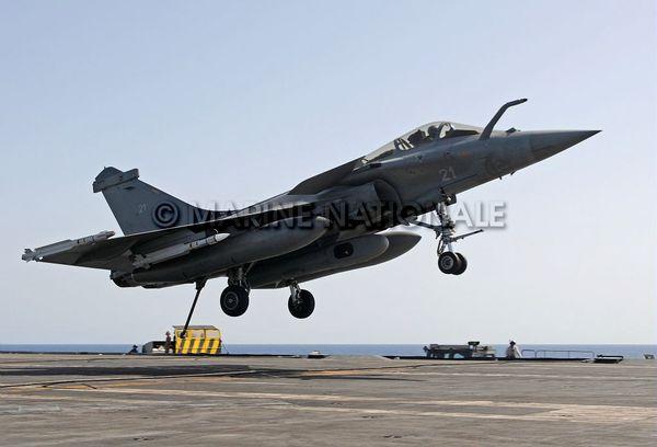 Photo : (c) Marine Nationale - Appontage d'un Rafale M après une mission de reconnaissance au-dessus de la Libye, en 2011.