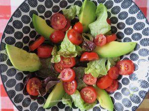 Salade à l'avocat, tomates cerise et crabe