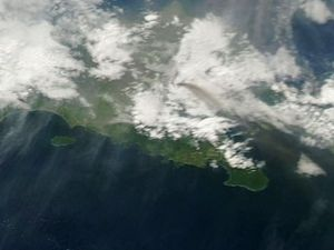 Raung - changes in direction of the plume between 11.07, left (E) and 10.07, right (direction Denpasar / SE) taken by the Aqua satellite NASA Modis / EODIS - a click to enlarge