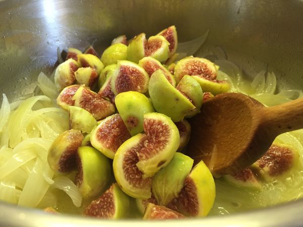 Pizza aux figues fraiches blanches