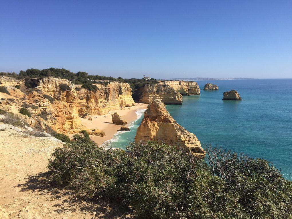 Algar Seco (Carvoeiro) dédale de rochers rougeâtres sculptés par la mer avec des grottes