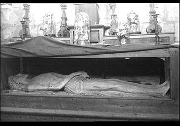 La statue du Christ au tombeau, même œuvre que sur l'image précédente, par Philippe Des Forts avant 1940. Document accessible sur la base POP du Ministère de la culture.