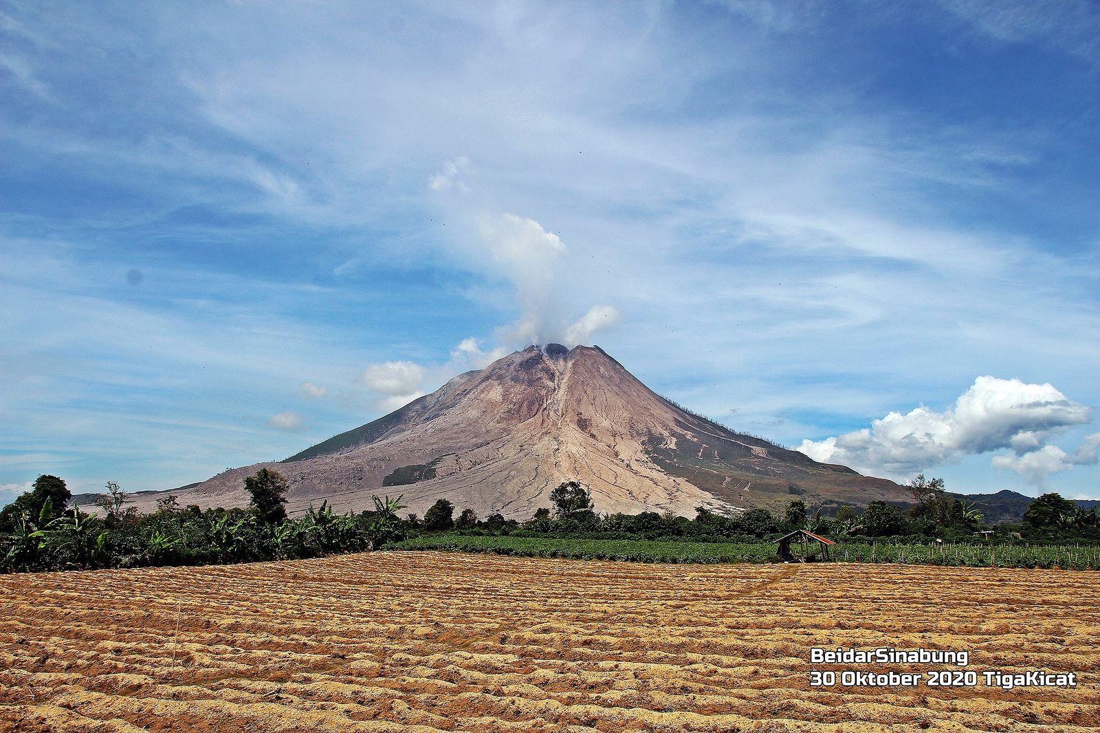 Sinabung - le volcan, bien visible, émet un léger panache blanc - photo 30.10.2020  Firdaus Surbakti / Beidar Sinabung