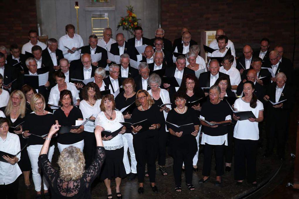 """Krönender Abschluss des phänomenalen zweistündigen Konzertabends war dann der gemeinsame Auftritt der beiden Erwachsenen-Chöre, die stimmgewaltig Webers """"Jägerchor"""" und Verdis """"Va pensiero"""" zum Besten gaben."""