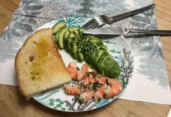 Avocat, crevettes, pain grillé