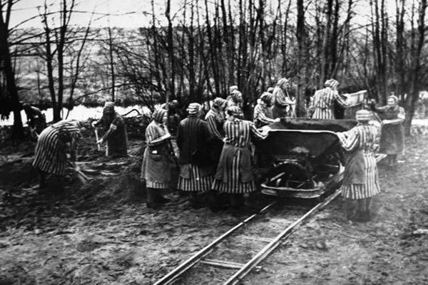 Détenus tsiganes au travail forcé dans le camp de concentration de Ravensbrück. Allemagne, entre 1941 et 1944. - Des femmes prisonnières travaillant dans le camp de concentration de Ravensbrück en janvier 1945