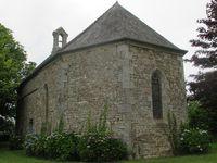 Place Saint-Mioc à Plumieux et ses sculptures en bois ; La chapelle Saint-Guénaël (Gomené), côté route où nous passons souvent lors de nos sorties  et le panneau descriptif.