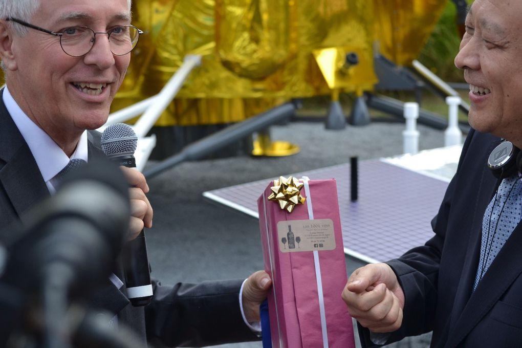 Inauguration officielle et remise de cadeaux entre officiels Français et Chinois
