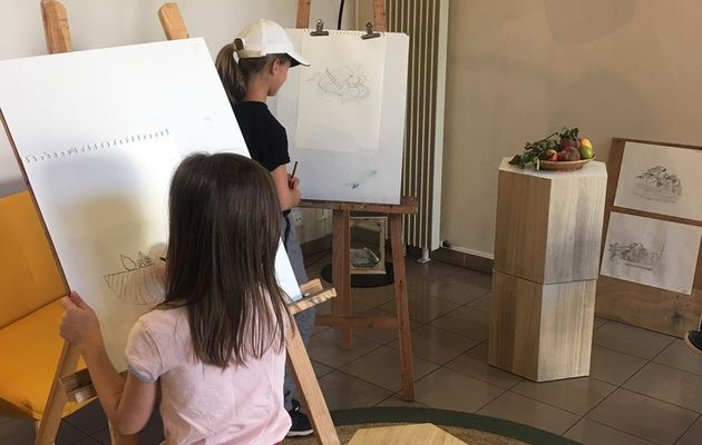 Des enfants participent à l'atelier nature morte