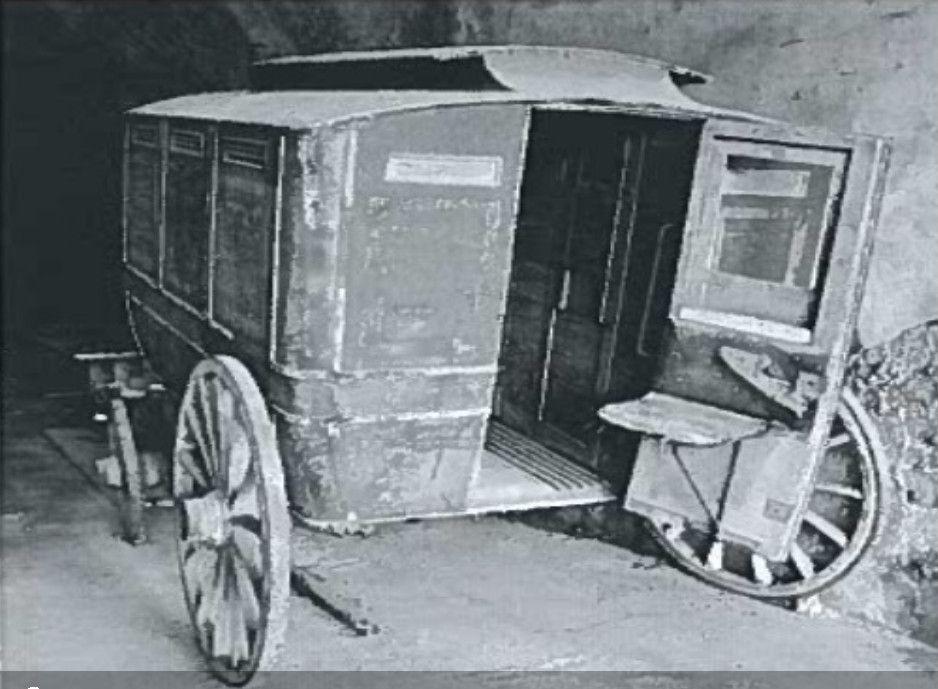 Arrière du fourgon cellulaire avec le siège repliable fixé sur la portière.