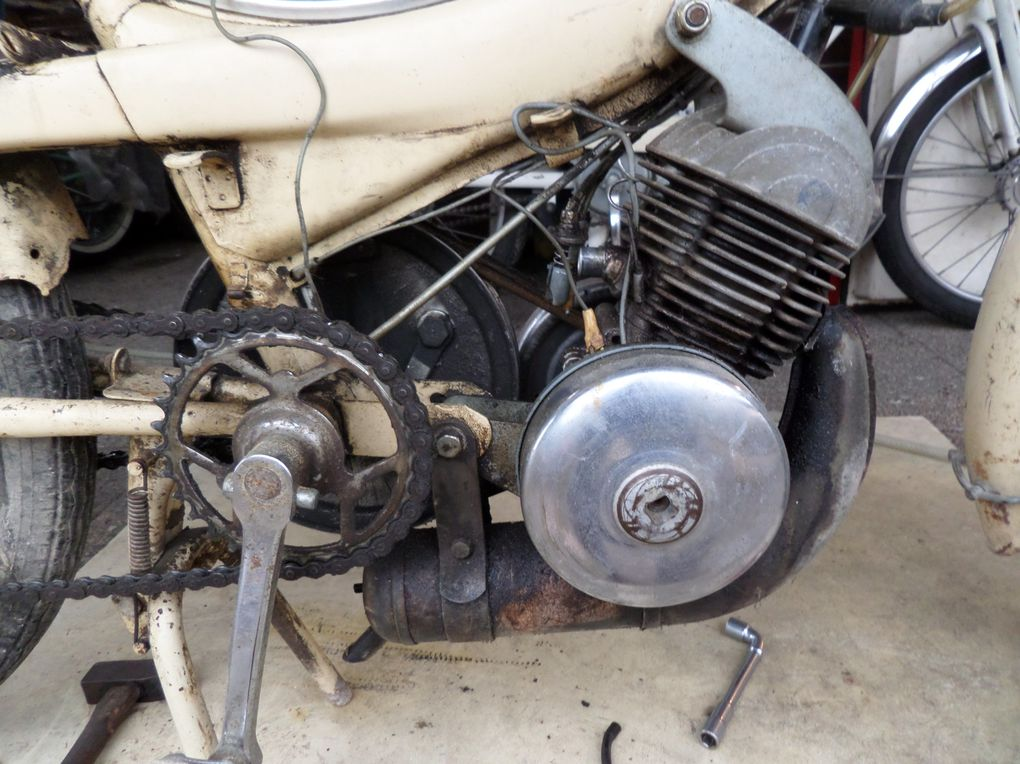 Motobécane AV44 de 1964 Année : 05/11/1960 N° moteur : 47........ N° cadre : 305..... Carburateur : Gurtner BA 610/C  3/6405/11/1960