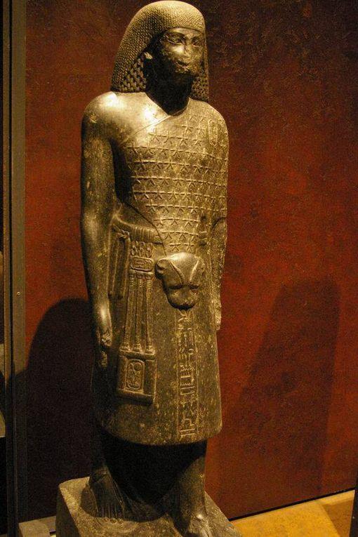 Prêtre avec une peau comme tenue de cérémonie