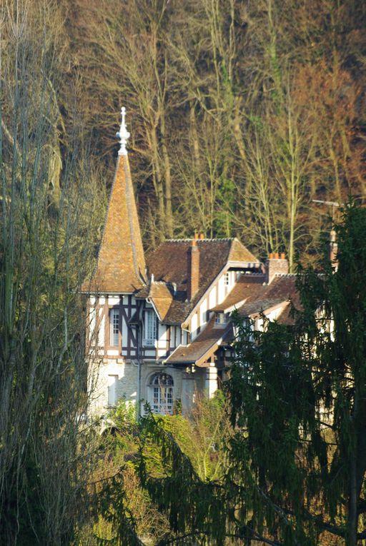 Pierrefonds dans l'Oise en région Picardie. Son château, ses maisons et son étang en ce 16 décembre 2009.