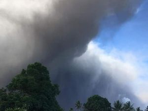 Ambae - ash eruption 1st of July 2018 / 13h - VGO webcam and photos Santo Ambae Community Disaster Support - one click to enlarge