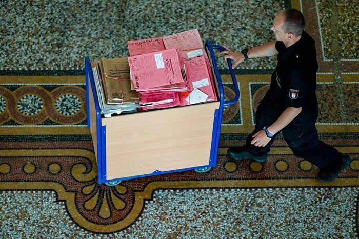 Lors du procès de Bruno Dey, le 19 juin à Hambourg. (AXEL HEIMKEN/Photo Axel Heimken. AFP)