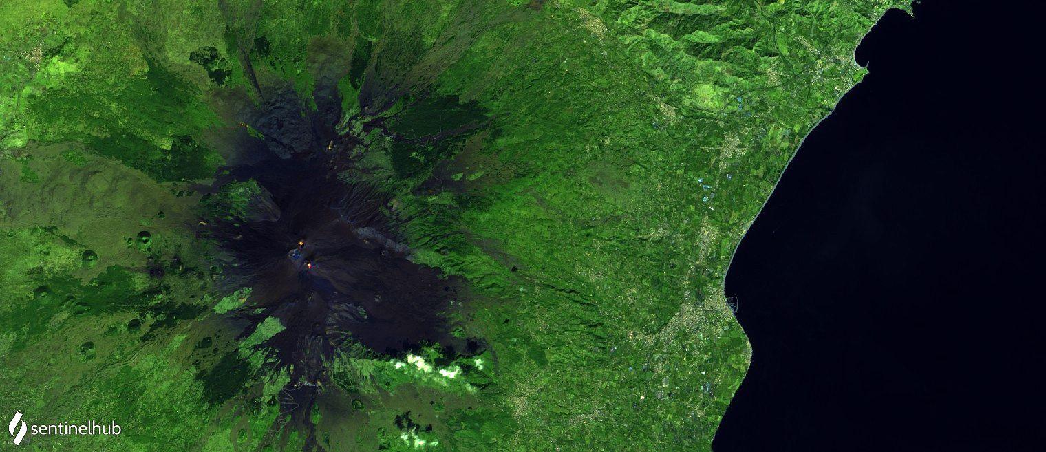 Etna - incandescence au cratèrenord-est et au Nouveau cratère sud-est - image Sentinel 2 bands 12,11,4 du 09.10.2020 - un clic pour agrandir