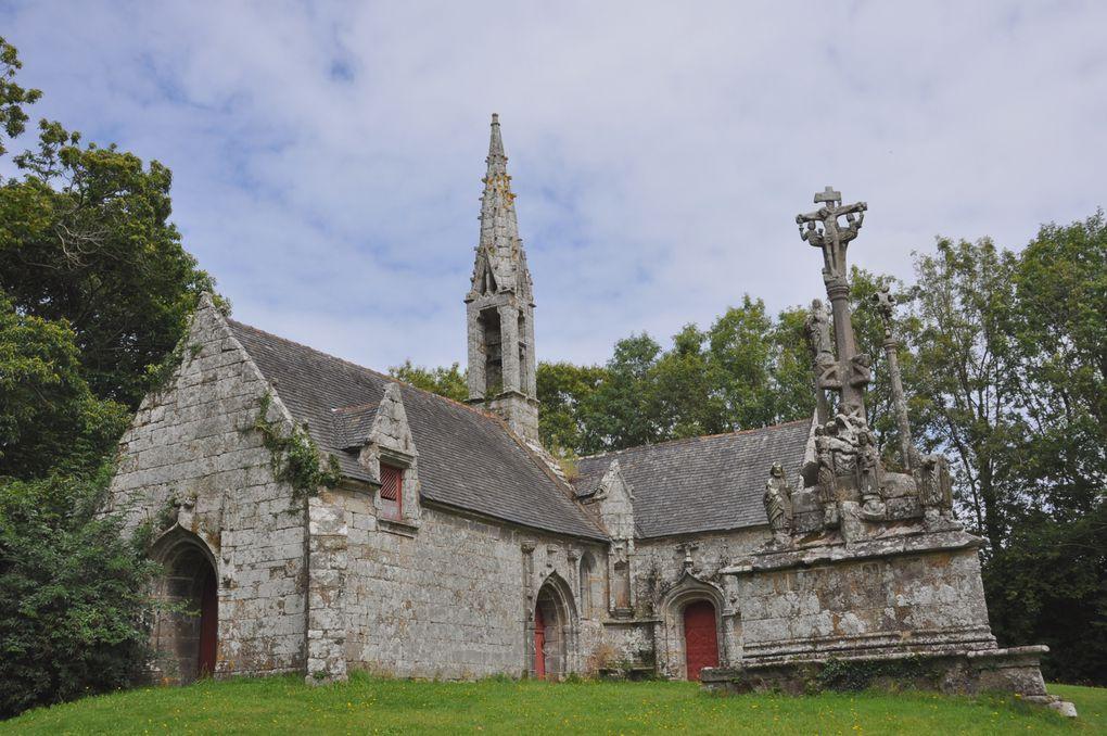 L'édifice du milieu du XVIe abrite des statues en pierre et bois polychrome des XVe et XVIe siecles.