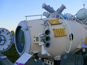 Des maquettes grandeur nature d'Ariane V, de la Station Mir, de satellites et de différentes parties de lanceurs (août 2016, images personnelles)