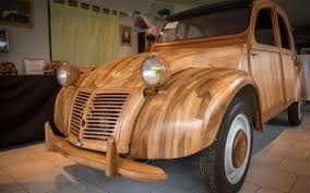 Un ébéniste à la retraite construit une 2 CV en bois fruitier