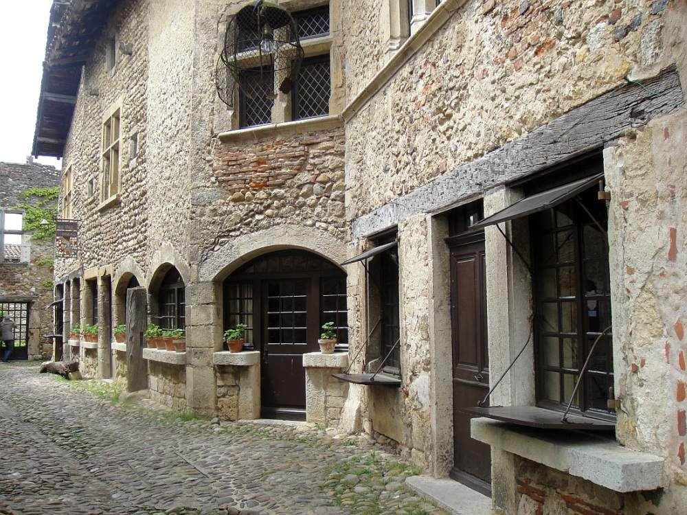 "Pérouges ""un des plus beaux villages de France"" à l'architecture médiévale"