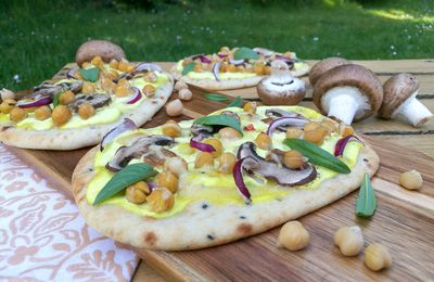 Pizza naans (sauce curry, pois chiches, champignons et oignon rouge)