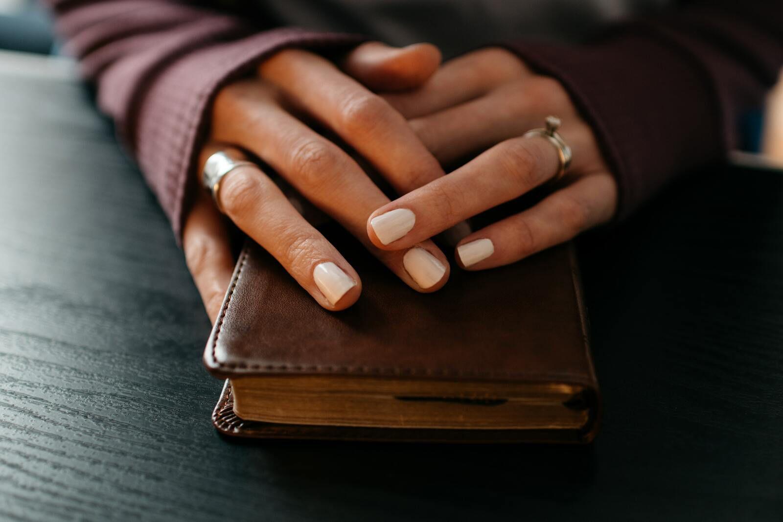 Psaumes 56.4 / JESUS DIEU SAINT-ESPRIT- HAND BIBLE-Photo by Kelly Sikkema on Unsplash