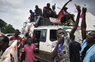 Au Mali, mardi rouge et espoir en sursis