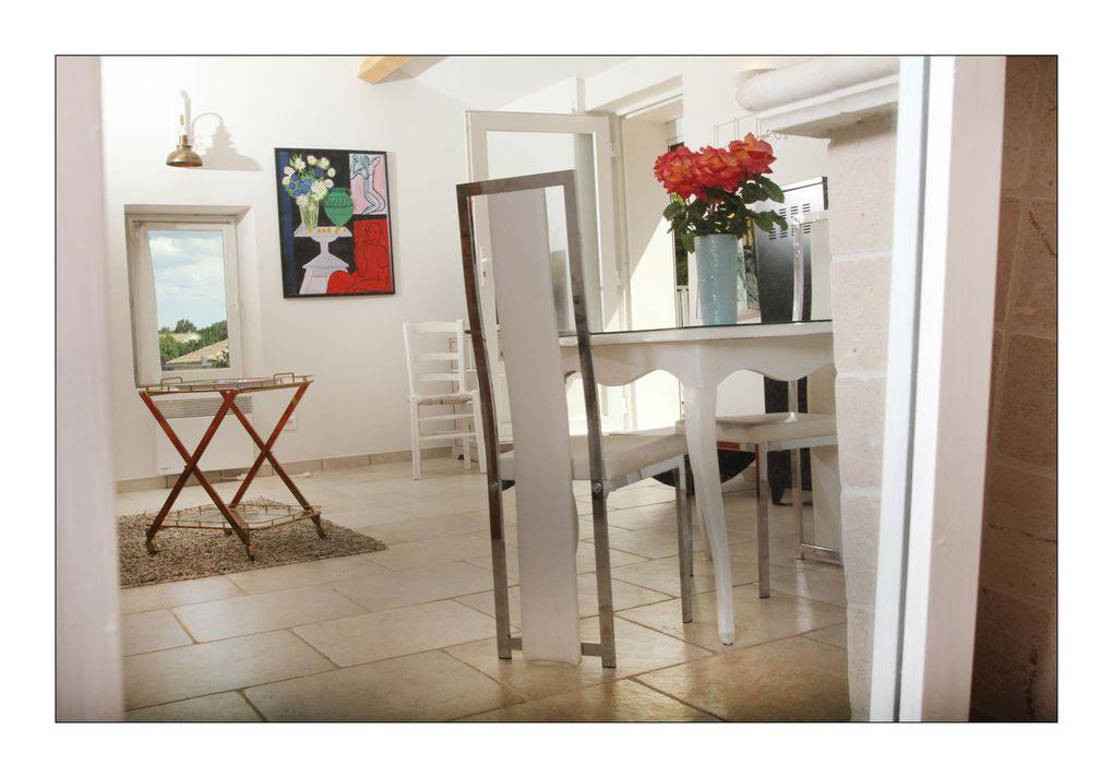 Le gîte Joss est une invitation au bonheur ; construit en une seule pièce où le séjour aux couleurs chatoyantes côtoie le coin repas aux accents de romantisme.