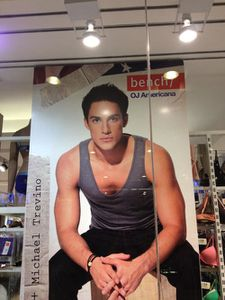 Michael Trevino pour Bench