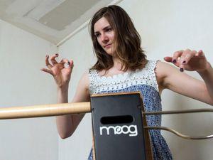 carolina eyck, une musicienne allemande spécialisée dans le jeu du thérémine un instrument électronique