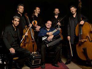 sébastien surel, un violoniste français caméléon qui s'engage aux côtés de musiciens issus de différents univers