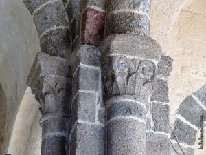 Les arcades et un aperçu des chapiteaux sculptés
