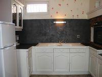 L'évolution de la cuisine au fil de la semaine : première couche de peinture sur les meubles (un peu peur d'avoir tout raté), deuxième couche ; l'application du béton minéral, peinture de l'évier, finitions déco : ouf !